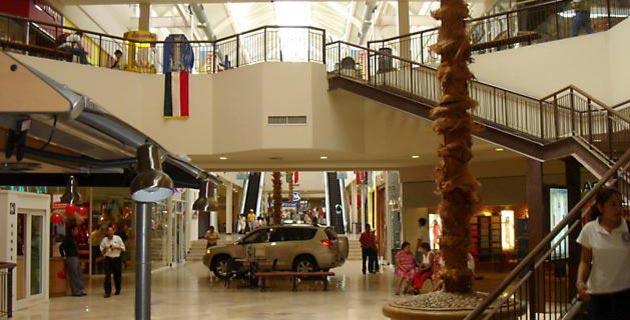 Al centro comerciale in minigonna e autoreggenti nere - 3 7